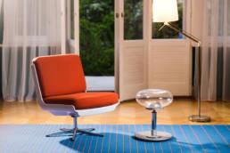 fotel w stylu space age z przezroczystym stołkiem