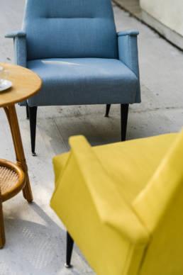 kosmiczne fotele vintage w kolorze żółtym i niebieskim
