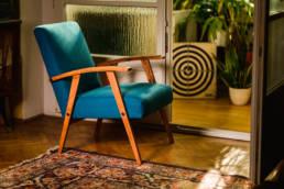 granatowy fotel prl w stylu vintage po renowacji